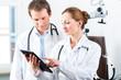 Junges Ärzte Team in Praxis mit Tablet computer