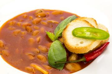 Белая фасоль в томатном соусе и пшеничным тостом