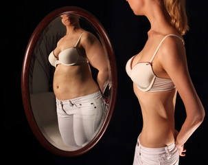 Frau mit Magersucht sieht sich dick im Spielgel