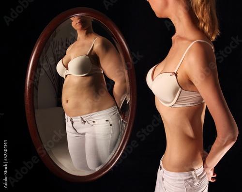 canvas print picture Frau mit Magersucht sieht sich dick im Spielgel