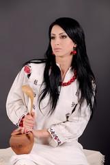 девушка в белом платье с глиняным горшком