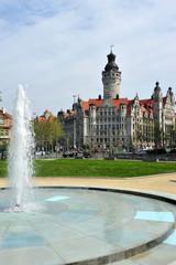 neues Rathaus in Leipzig mit Springbrunnen