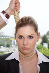 Frau wird gehängt