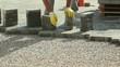 muratore posa mattoni ad incastro