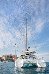 Katamaran vor Calvi in Korsika