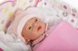 poupée dans son lit