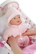 enfant fille jouant avec poupée
