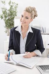 Sympathische junge Dame im Büro