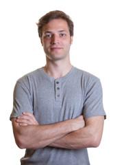 Junger Mann im grauen Shirt ist bereit