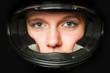 Frauengesicht im Motorradhelm