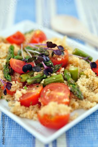 Couscous Salat mit Spargel und Tomaten