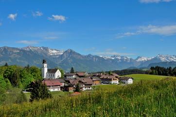 Dorf, Berge, Kirche