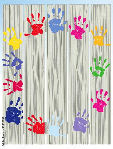 Kinder Handabdrücke auf Zaun