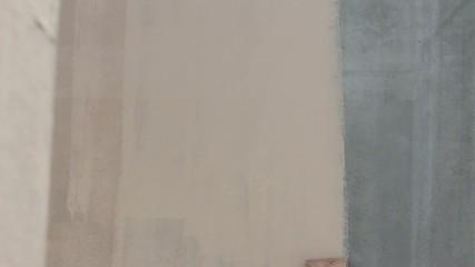 Pittura di un muro con rullo