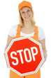 Freundliche Bauarbeiterin mit Stop-Schild