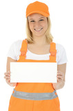 Freundliche Bauarbeiterin hält leeres Schild