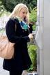 Junge Frau an Telefonsäule