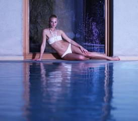 junge Frau trägt Bikini