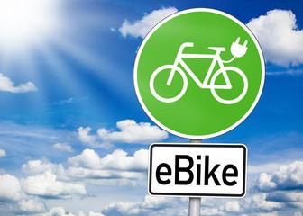 Verkehrsschild mit E-Bike in grün