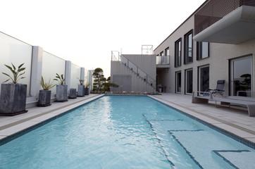 プールのある豪邸-6