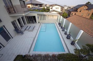 プールのある豪邸-4