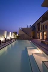 プールのある豪邸の夕景-2