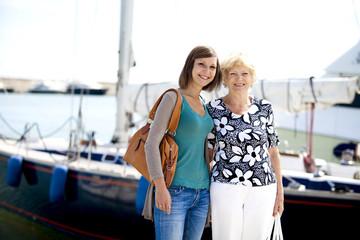 Nonna e nipote al porto turistico