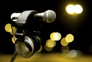 fondo de musica .Microfono y auriculares