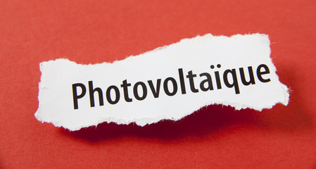 photovoltaïque mot sur papier fond rouge