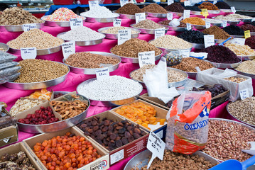 Fruits et légumes secs sur un marché turc