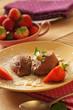 Mousse au chocolat mit Erdbeeren garniert