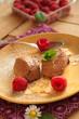 Mousse au chocolat auf gelbem Teller