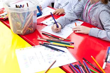 Maltisch mit bunten Stiften
