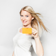 Junge Frau (25) mit Kreditkarte