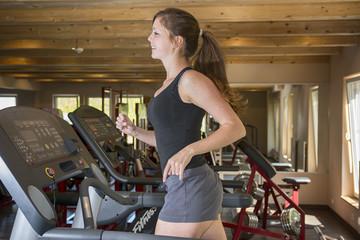 Junge Frau auf Laufband, Fitness-Studio