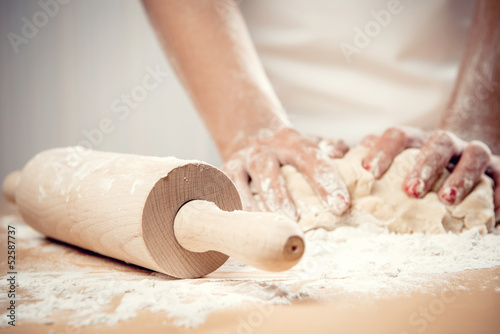 In de dag Koken Woman kneading dough, close-up photo