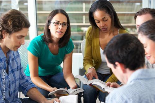 Leinwandbild Motiv Bible Group Reading Together