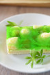 Kuchen mit Stachelbeeren und Waldmeistergötterspeise