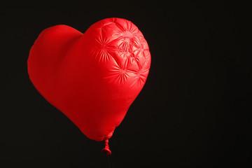 Herzförmiger Ludtballon mit wenig Luft.