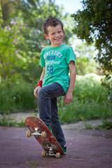Jeune garçon faisant du skate