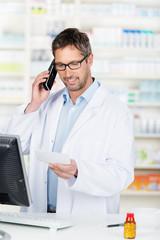 apotheker mit telefon und rezept