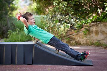Jeune skater jouant sur sa rampe