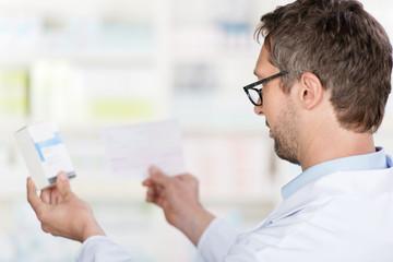 apotheker vergleicht rezept und medikament
