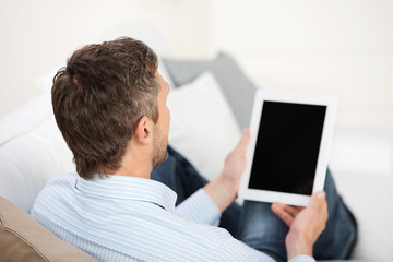 mann schaut auf tablet