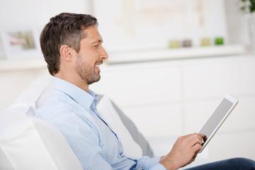 lächelnder mann tippt auf tablet-pc