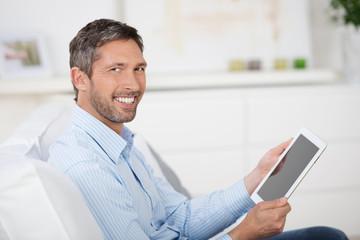 mann mit tablet zu hause