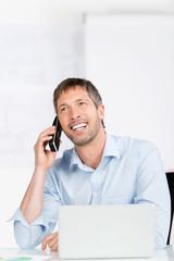 lächelnder geschäftsmann am telefon