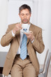 geschäftsmann trinkt kaffee im büro