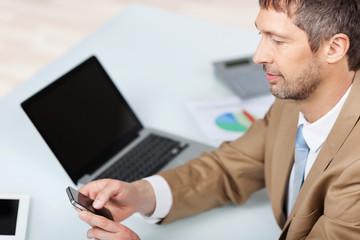 geschäftsmann mit laptop und handy