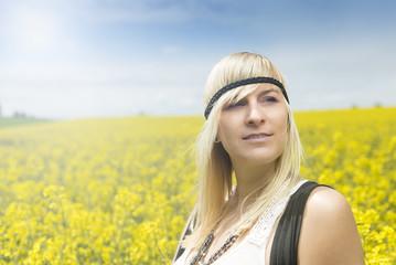 Blonde Frau im Rapsfeld